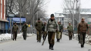 कश्मीर में पुलिस पेट्रोलिंग