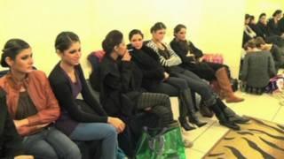 पाकिस्तान के फैशन उद्योग से जुड़ी महिलाओं में सिगरेट की लत
