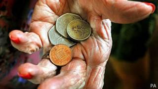 Anciana con monedas
