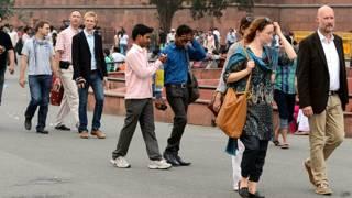 नई दिल्ली में घूमते विदेश सैलानी