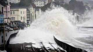 英國西南繼續受強風暴襲擊,沿海鐵路被沖走,數萬家庭斷電。