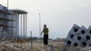 Житель Сочи возле олимпийской стройки