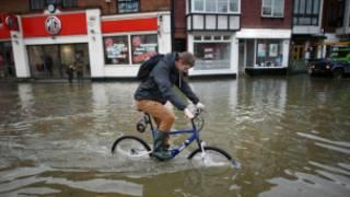 英国伯克郡水灾灾民
