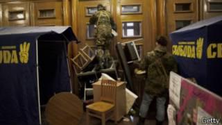 Manifestantes en el ayuntamiento de Kiev