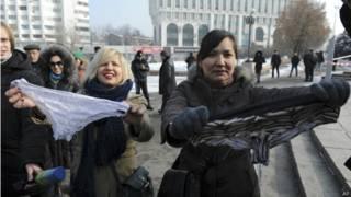 Mulheres cazaques protestam contra proibição à calcinha de renda | Crédito: AP