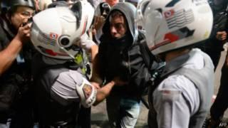 PM detém manifestante durante protesto em SP | Crédito: AFP