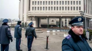 Policías frente al Parlamento de Crimea