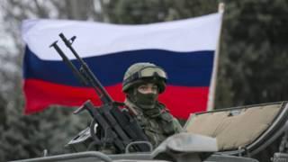 Soldado em veículo russo na cidade de Balaclava, Crimeia | Foto: Reuters