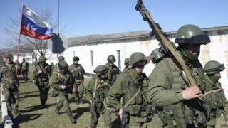 Tropas bloqueiam acesso a uma base ucraniana na Crimeia, nesta segunda-feira (AFP)