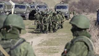 Soldados, que seriam russos, do lado de fora do território de uma unidade militar ucraniana no vilarejo de Perevalnoy, na Crimeia (Reuters)