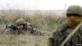 Soldados russos em Belbek, Crimeia (Reuters)