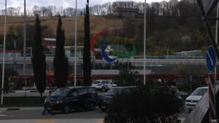 Олимпийские кольца в Сочи сменила паралимпийская символика - полусферы красного, синего и зеленого цвета на белом фоне