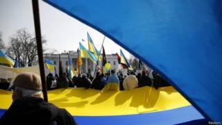 Manifestantes pratidários da Ucrânia pedem apoio dos EUA em Washington (foto: Reuters)