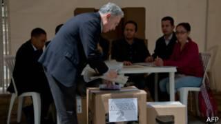 Álvaro Uribe votando