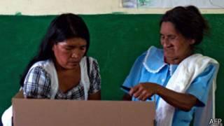 Mujeres votando en El Salvador
