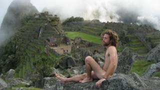 O israelense Amichay Rab em Machu Picchu, no Peru (Myynakedtrip.com)
