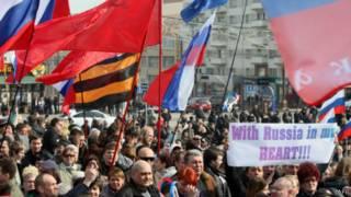 """""""С Россией в сердце"""" - говорится на одном из плакатов"""
