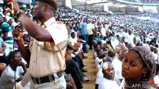 Jóvenes en el estadio de Abuja