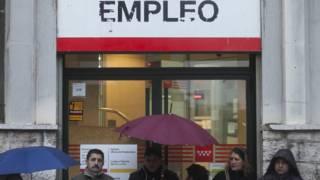 Fila na frente de centro de empregos na Espanha (AP)