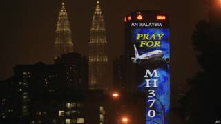 Imagem em prédio de Kuala Lumpur pede preces ao voo 370 (AP)