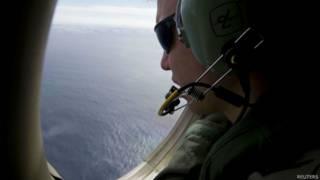 Oficial australiano realiza buscas. Foto: Reuters