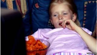 孩子在电视前吃东西