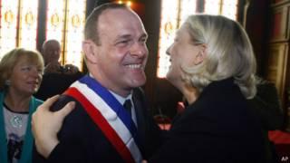 Марин Ле Пен обнимает кандидата Национального фронта после победного результата