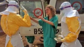 Une équipe médicale engagée dans la lutte contre la fièvre Ebola, au Liberia