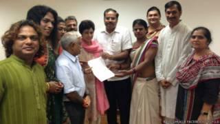 भाजपा नेता बालू शुक्ला ट्रांसजेंडर समुदाय के लोगों के साथ