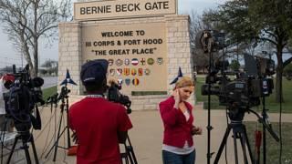 फ़ोर्ट हुड में गोलीबारी के बाद वहां जमा मीडियाकर्मी