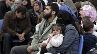 Família de refugiados sírios espera registro sede da agência de refugiados da ONU em Trípoli, norte do Líbano (AP)