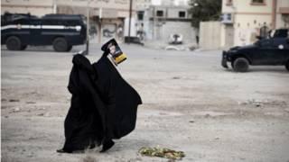 امرأة شيعية من المتظاهرين