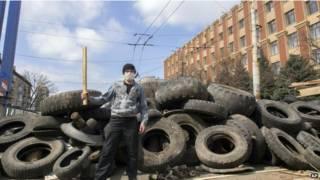 Manifestante pro-ruso en Luhansk