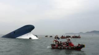 قوارب إنقاذ بجانب العبارة الغارقة