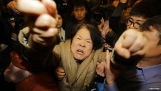 乘客親屬在北京馬來西亞使館外抗議