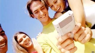 Jóvenes jugando con un Game Boy