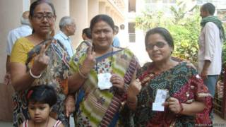 बिहार के भागलपुर के एक मतदान केंद्र पर मतदान के बाद महिलाएं.
