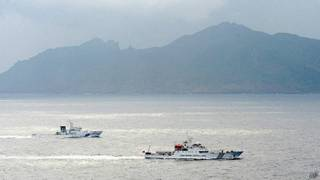 Dos embarcaciones cerca de las islas en disputa