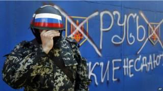 Ativista pró-Rússia em Slaviank, no leste da Ucrânia (AP)