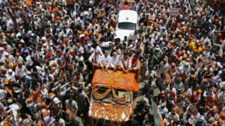वाराणसी में मोदी के नामांकन के दौरान इकट्ठा हुई भीड़