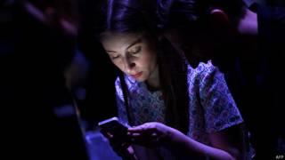 Mujer revisa su teléfono