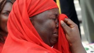 Mujer llora en Nigeria