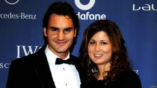 अपनी पत्नी मेरका के साथ टेनिस खिलाड़ी रोजर फ़ेडरर
