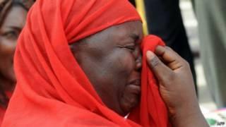 سيدة نيجيرية تبكي