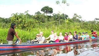 Joven kichwa en una canoa que transporta ecoturistas