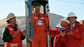 Ex-ministro Laurence Golborne (à dir.) acompanha teste de cápsula de resgate em 2010 (foto: AFP)