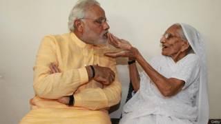मां के साथ नरेंद्र मोदी