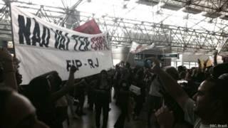 Protesto no Galeão nesta segunda-feira (Jefferson Puff/BBC Brasil)