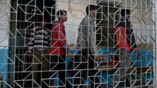 متهمون في قضية اغتصاب في الهند في طريقهم إلى قاعة المحكمة في يناير/ كانون الثاني الماضي