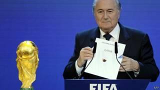 رئيس الفيفا يعلن فوز قطر بتنظيم كأس العالم 2022